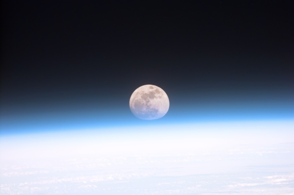 Full_moon_partially_obscured_by_atmosphere